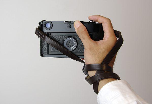 カメラのショルダーストラップを手首に巻く方法